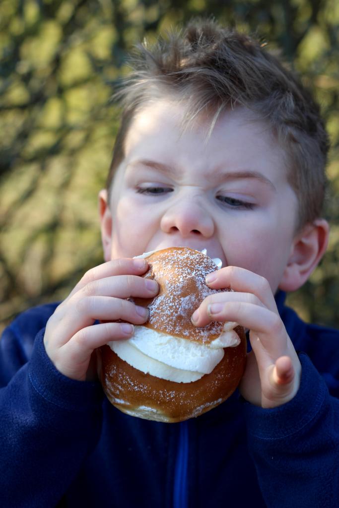 Børn spiser fastelavnsbolle